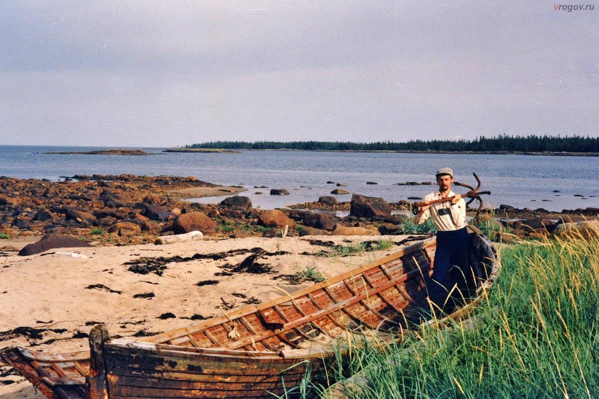 Кроме водорослей и медуз Белое море оставило на острове и шаланду с якорями.
