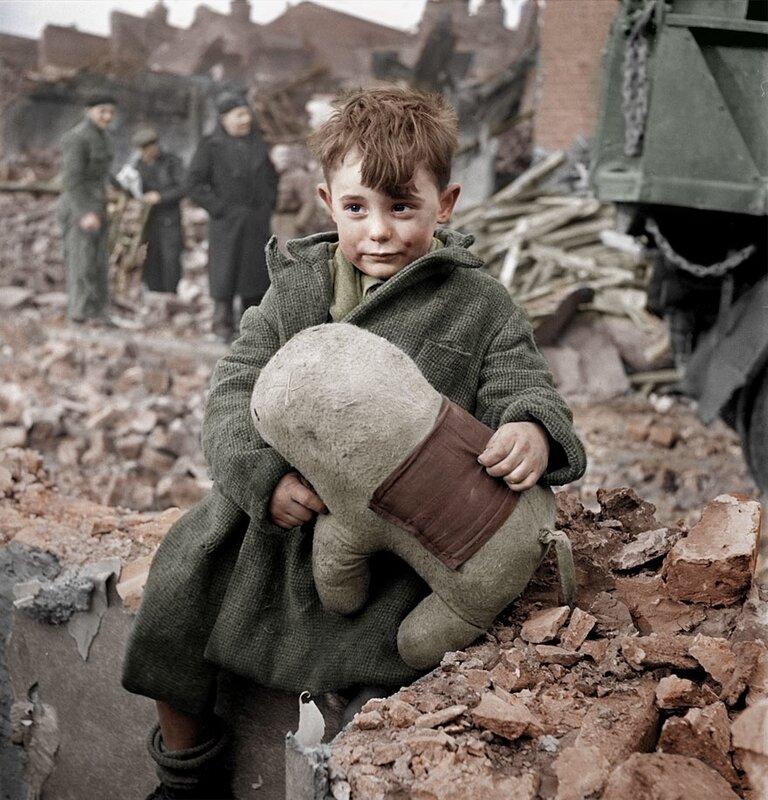 Потерявший своих родителей мальчик сидит на развалинах дома и держит в руках плюшевую игрушку, Лондон 1945 год © HansLucifer