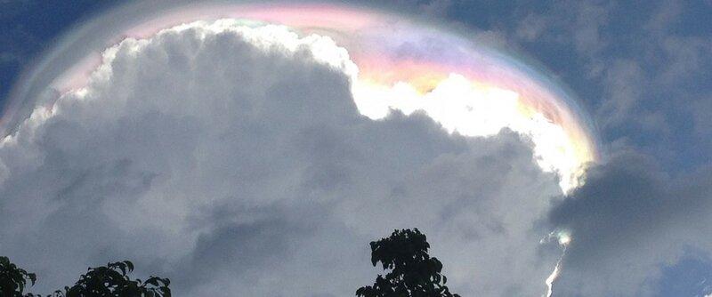 НЛО прячущийся в облаках
