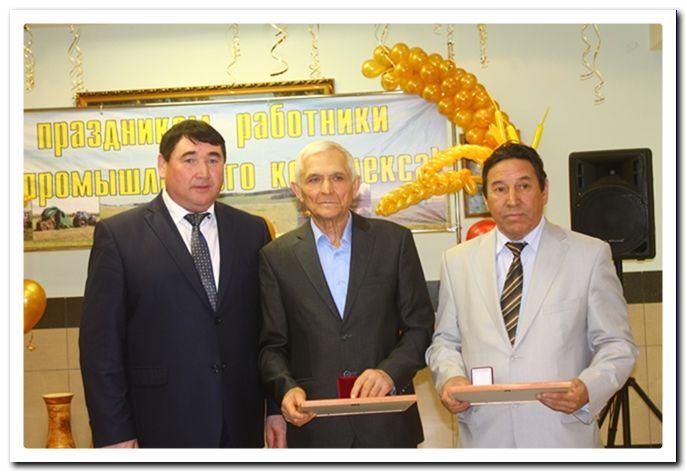 За доблестное служение Баймаку награждены В.П. Юдин (в центре) и И.Н. Бикметов (справа).