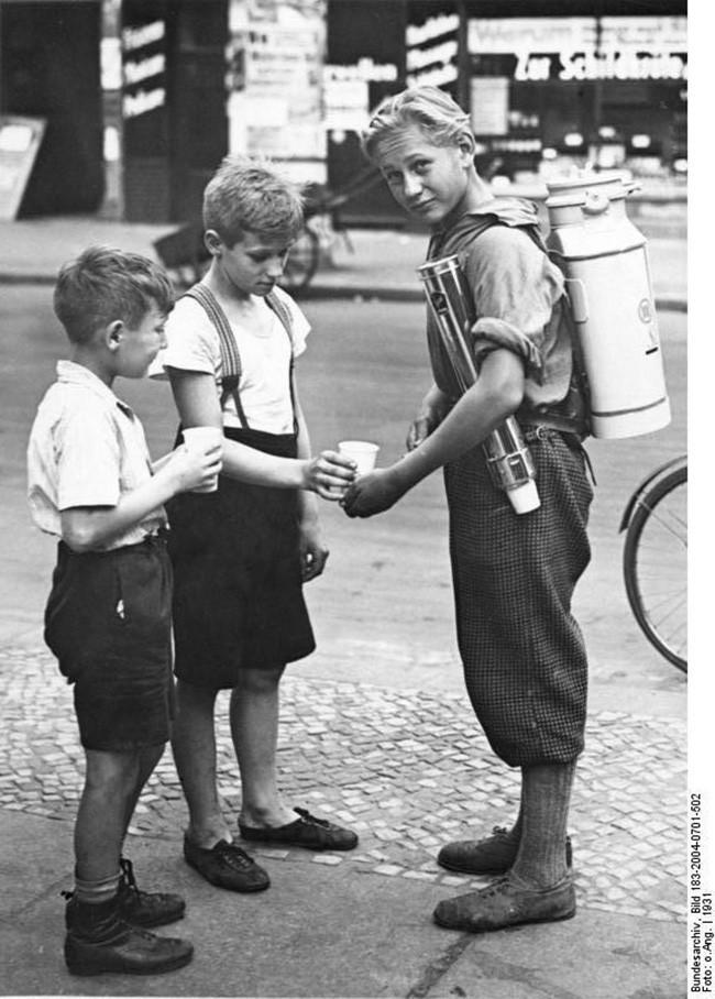 Берлинский мальчик продает лимонад из переносной цистерны. 1931 год.
