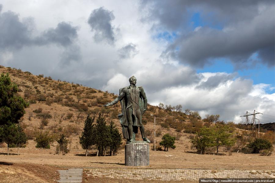 Памятник М.Ю.Лермонтову в Мцхете