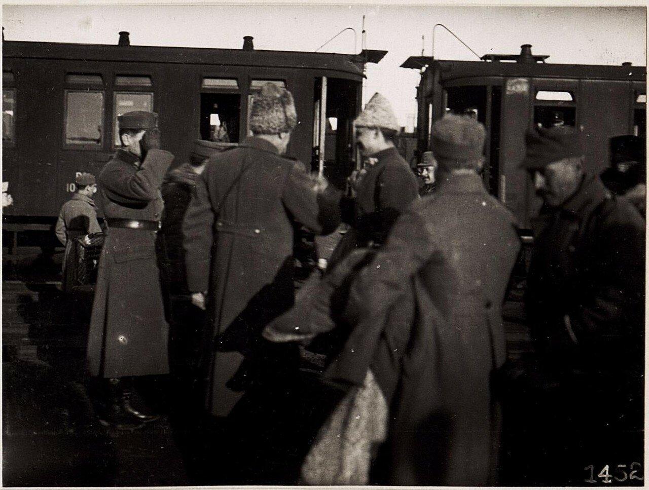 Украинские офицеры на станции. (1918.)
