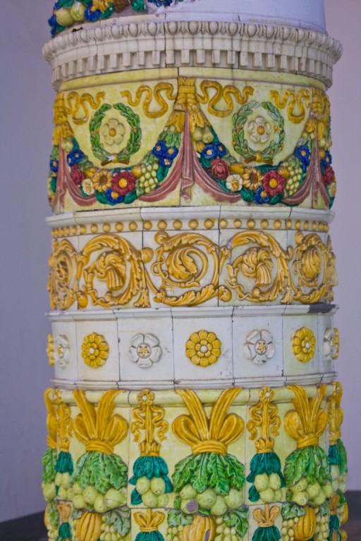 Красочные гирлянды плодов (барельеф из майолики) на колоннах, обрамляющие дворик павильона Белорусской ССР на ВДНХ