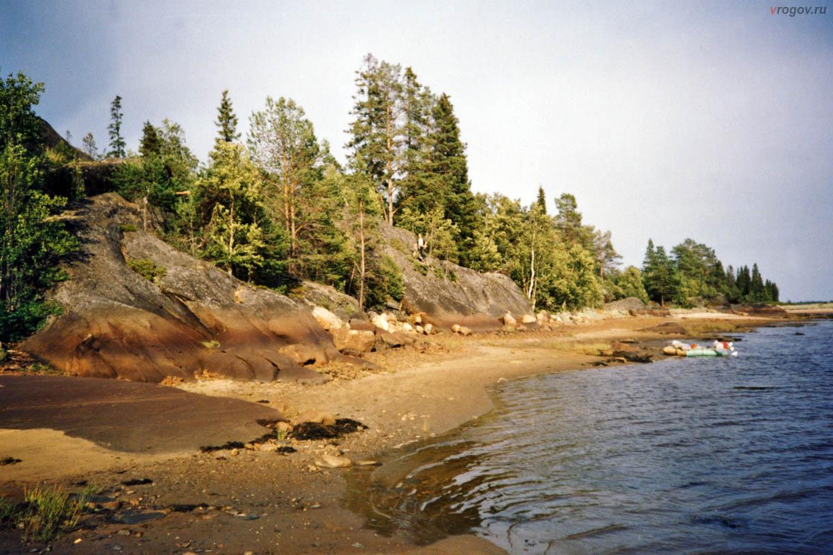 На большой части острова и скалы больше.