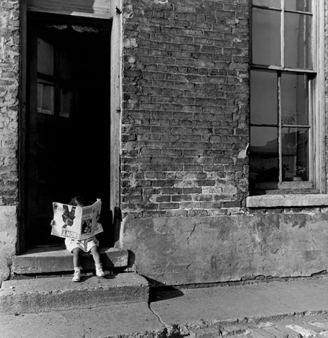 Малышка «читает» журнал, Чикаго, 1947г.
