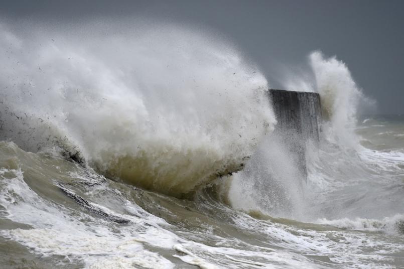 Волны разбиваются о берег в Ньюхейвене, Восточный Сассекс, Великобритания.