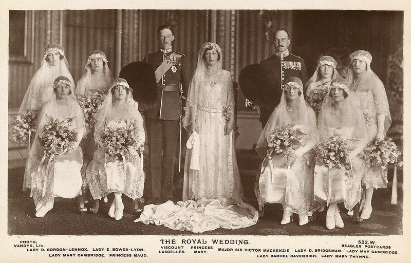 Элизабет (задний ряд второй слева), а подружкой невесты на свадьбе принцессы Марии и виконт Lascelles 1922