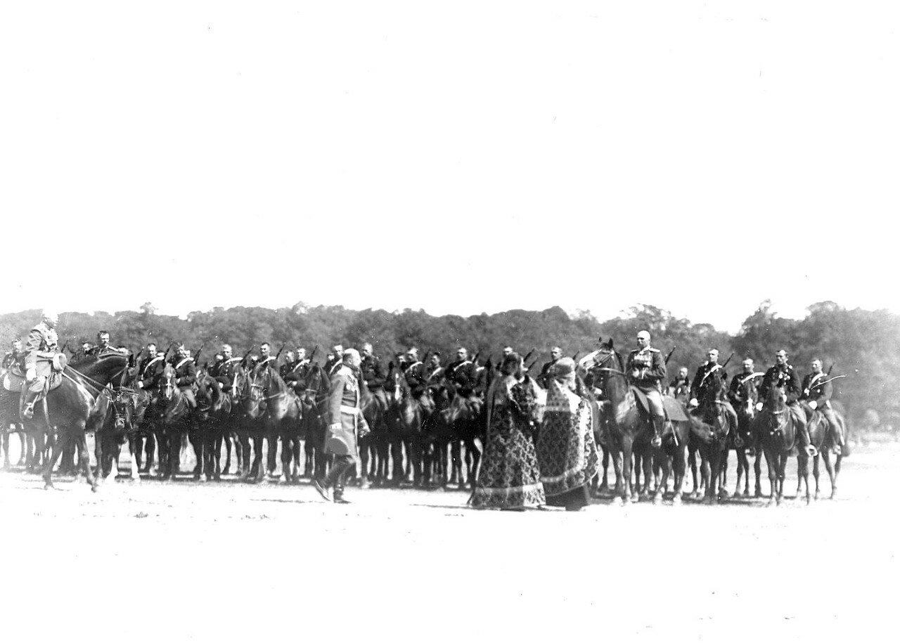 15. Группа участников церковного парада во время смотра на Марсовом поле в день 10-летия стражи