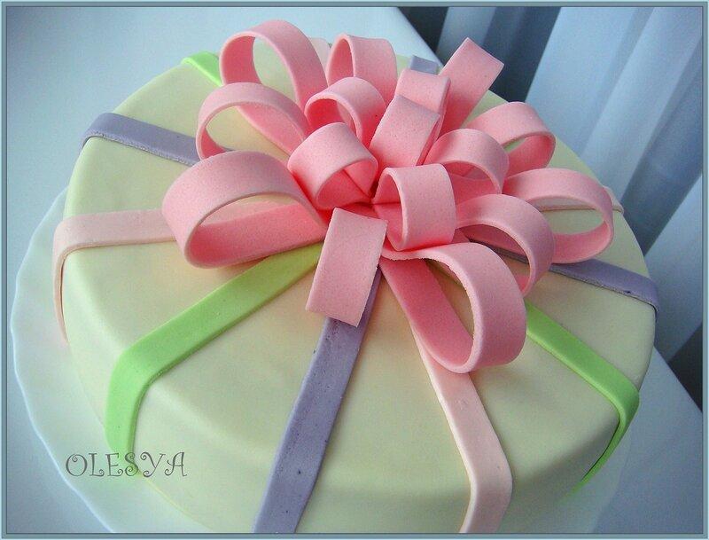 Торт в виде подарка из мастики