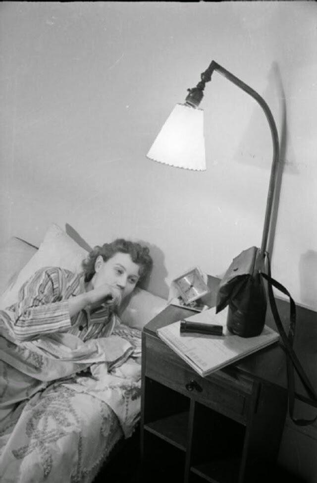 01. Оливия Дэй просыпается в 7 утра в своем доме в Дрейтон-гарденс, Южный Кенсингтон. На тумбочке лежат ее противогаз, фонарик и книга. Все это подготовлено на случай быстрого бегства в бомбоубежище в ночное время
