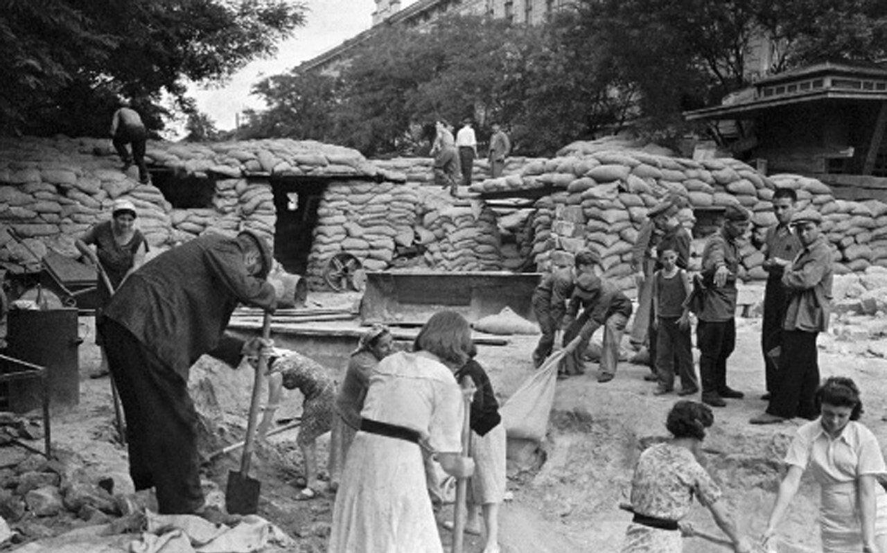 1941. Мирные жители строят баррикады на улице Одессы