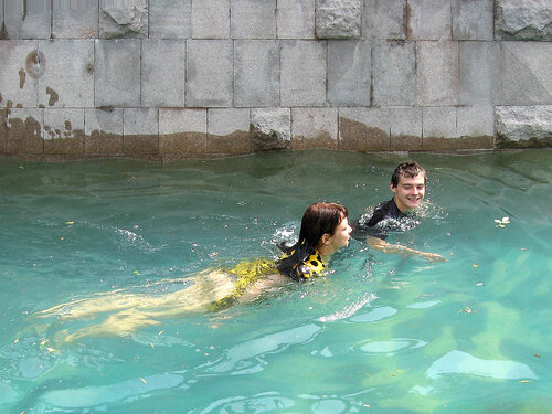 Плавание в фонтане парами. (28 06 09 015)