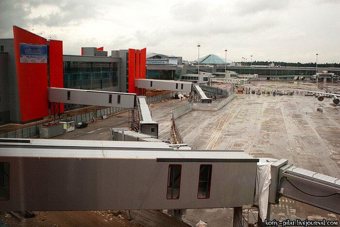 Вид на здание терминала е со стороны