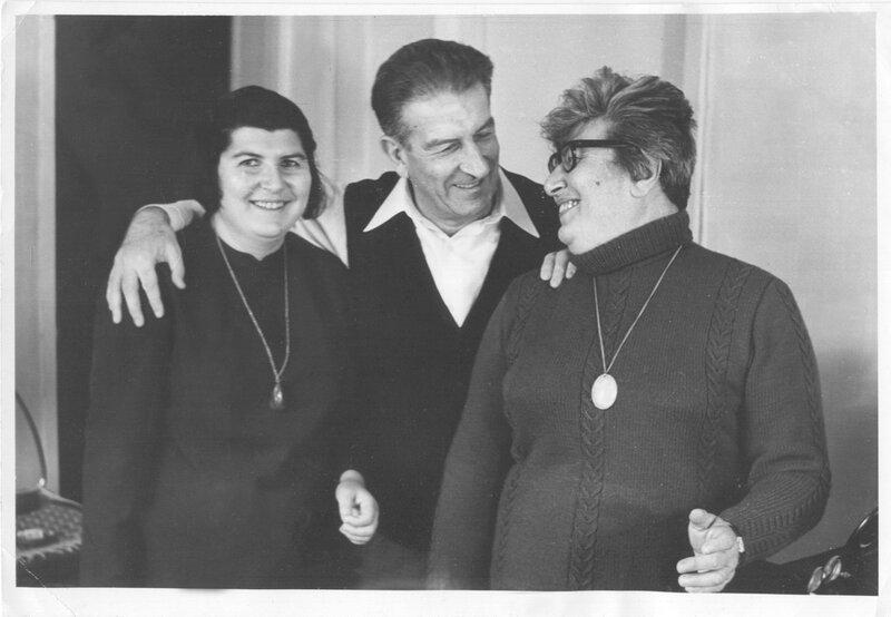 с мужем Евгением Львовичем Фейнбергом (физик-ядерщик, академик, друг Сахарова) и дочкой Таней. 1975