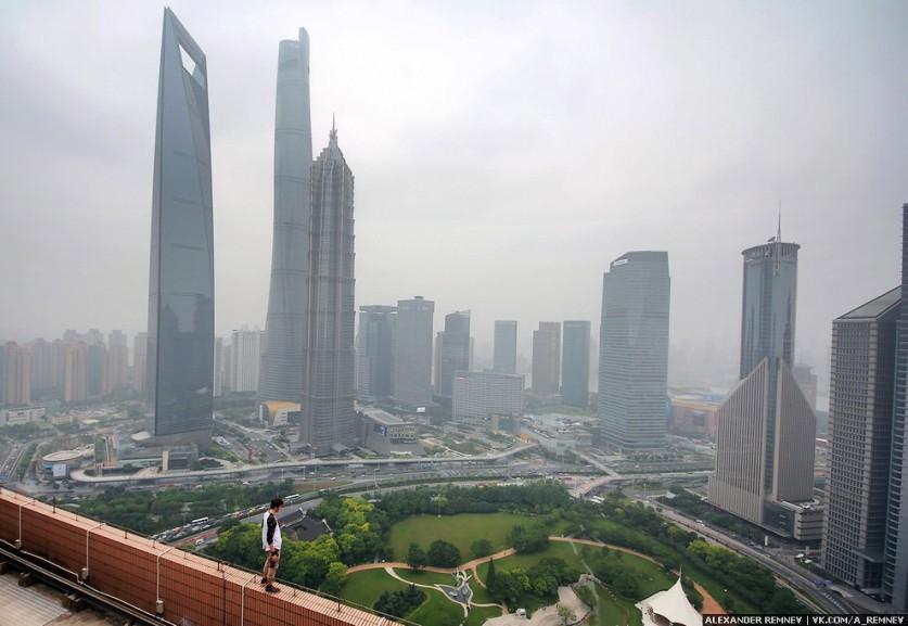 Shimao International Plaza — четвертое по высоте здание в Шанхае — 333,3 метра. Шпили этого здания п