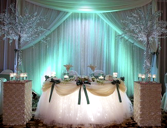 Драпировка тканями свадебного стола молодоженов