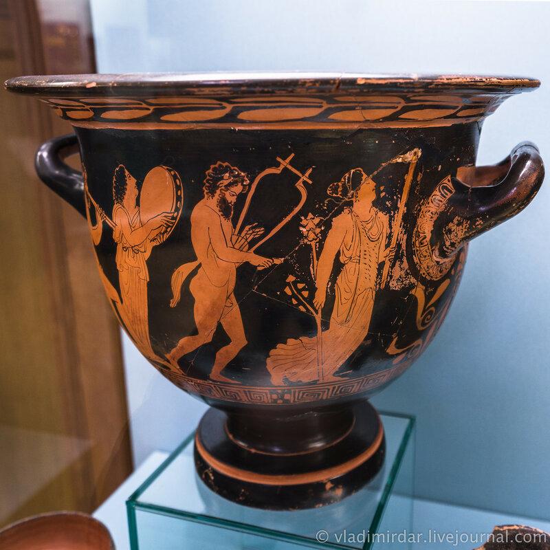 Кратер с изображением силенов и менад. Глина, черный лак. V век до н.э.