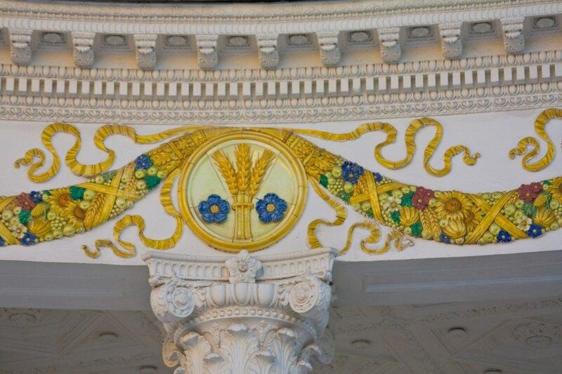 Фрагмент фресковой росписи над входом в павильон Белорусской ССР