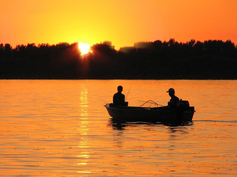 Двое в лодке на рассвете