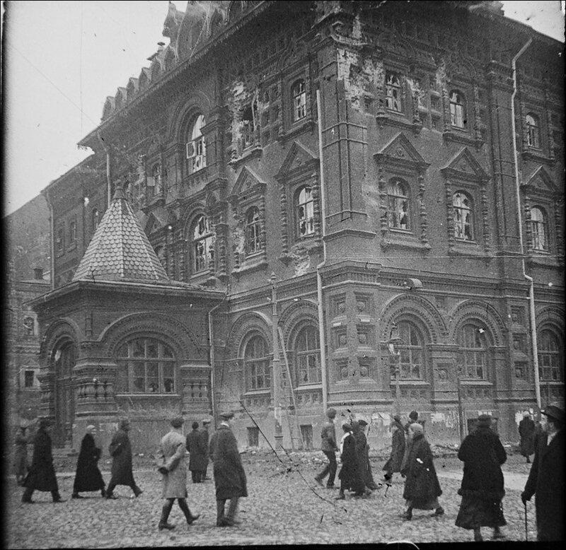 Здание Московской Городской Думы после артобстрела большевиками в 1917 году. Из архива Т. Яржомбека