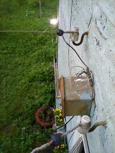 Электротехнические сжимы, применённые для восстановления электроснабжения дачного дома. Посёлок Солнечное (Курортный район Санкт-Петербурга), май 2016 г.