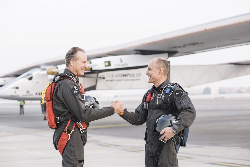Пилоты из Швейцарии Андре Боршберг и Бертран Пиккар преодолели на своем удивительном летательном апп