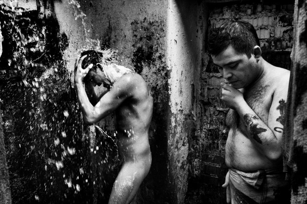 Биспури – гуманист. Многие из его изображений, несмотря на их суровость, удивительно мягкие, наприме