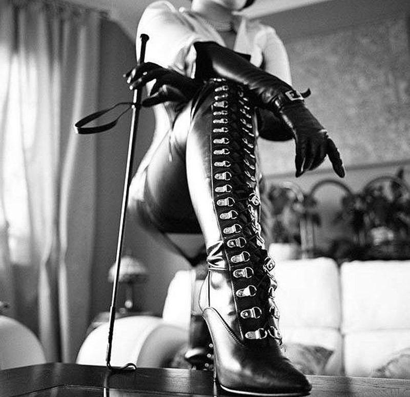 Если человек собирает женские туфли, проводит среди них все свободное время, любуется ими, целует их