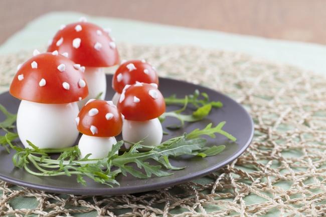 Ингредиенты: яйца— 5шт. луковица— 1шт. томаты— 5шт. Приготовление: Яйца отварить вкрутую, осту