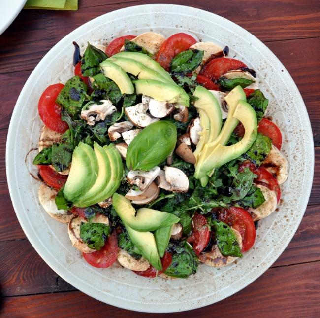 Ингредиенты: 150г салата романо 170г сыра моцарелла 1чашка помидоров черри, порезанных пополам 1