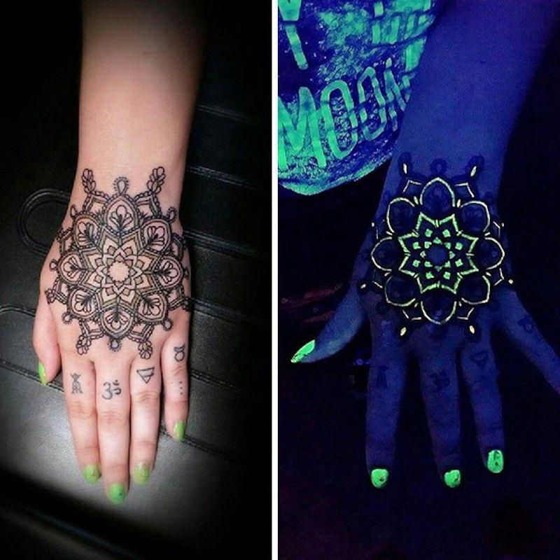 Татуировка в виде мандалы, светящейся под УФ-светом