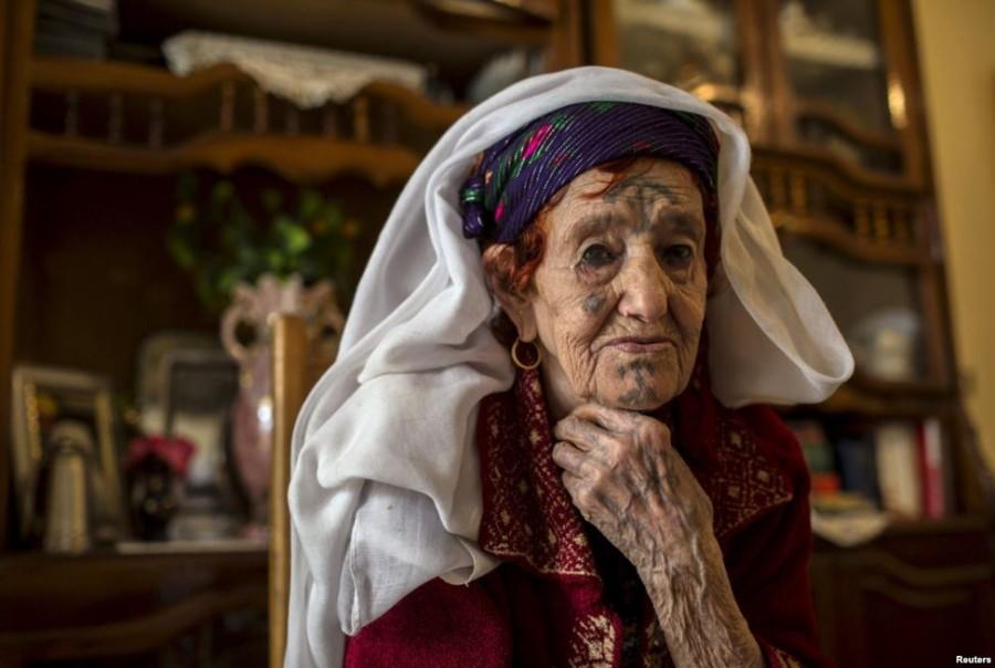 8. Фатма Бадредин Татуировку Фатма сделала в возрасте 13 лет.