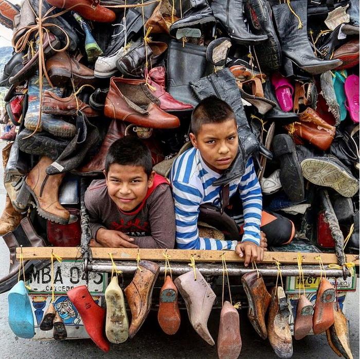 15. Виллис, груженный парами обуви