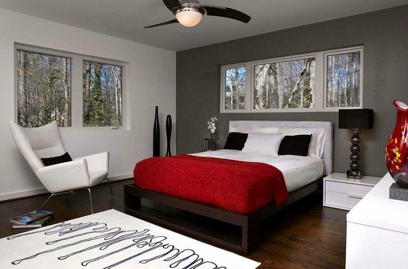 серая спальня с красным покрывалом