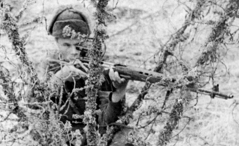 Советский снайпер с СВТ-40. На Калининском фр. Лето 42.jpg