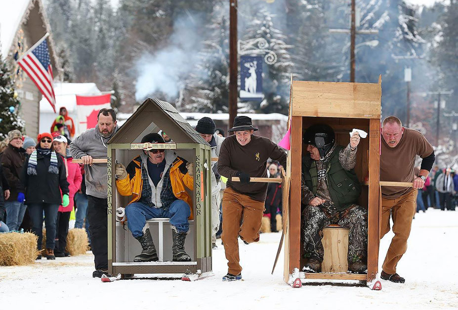 странные виды спорта - соревнования по гонкам самодельных домиков на лыжах