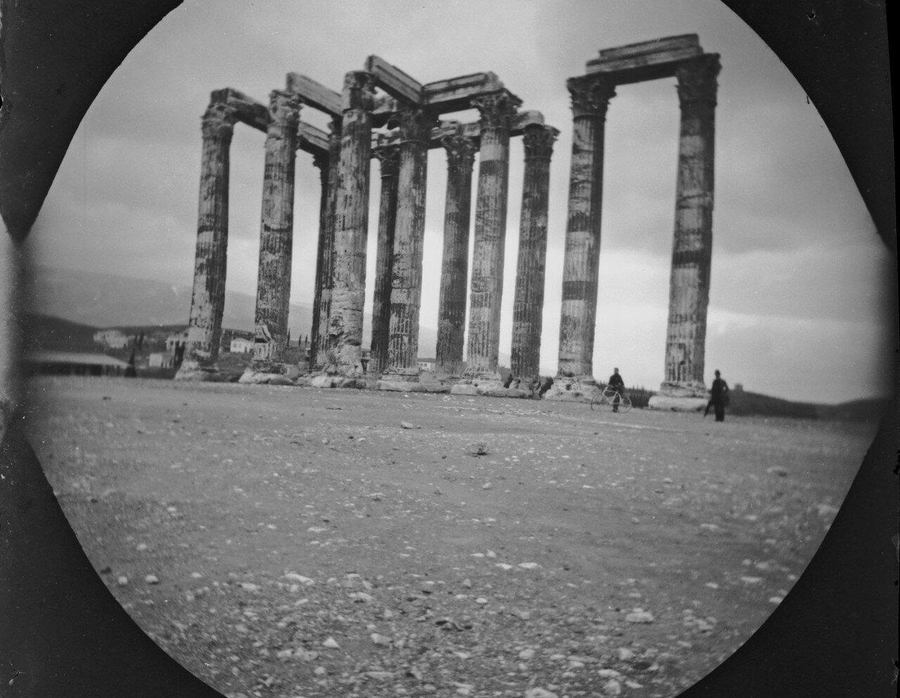 Уильям Захтбелен и Базилос Капсамбелис возле храма Зевса Олимпийского