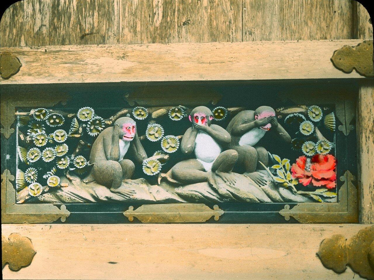 Никко. Тосё-гу. Знаменитая резьба Три обезьяны на входе в Священную конюшню