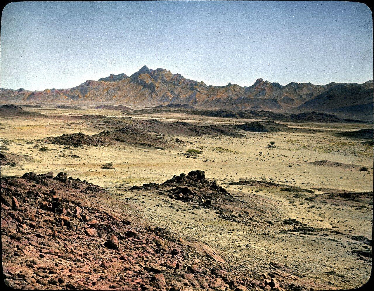 Алжир. Северо-восток Таманрассета. Автотрасса Хоггар. Гнейс, бесплодный горный пейзаж