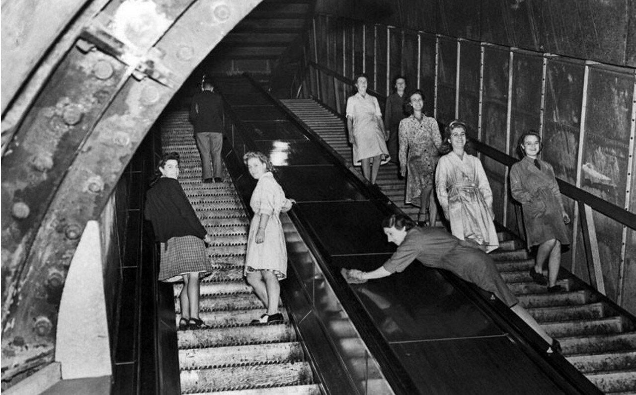 1943. Вход на подземный авиазавод, расположенный на одной из станций метрополитена