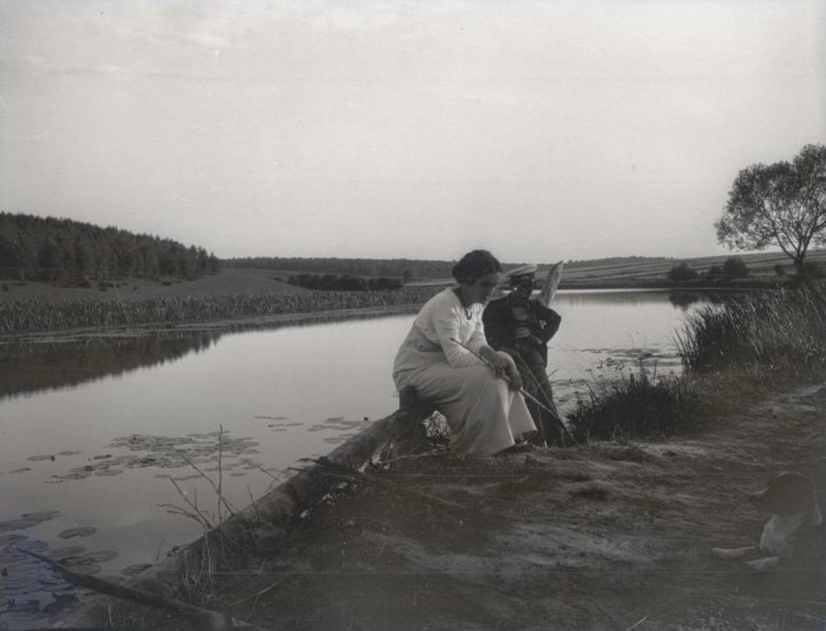Мужчина и женщина на берегу водоема
