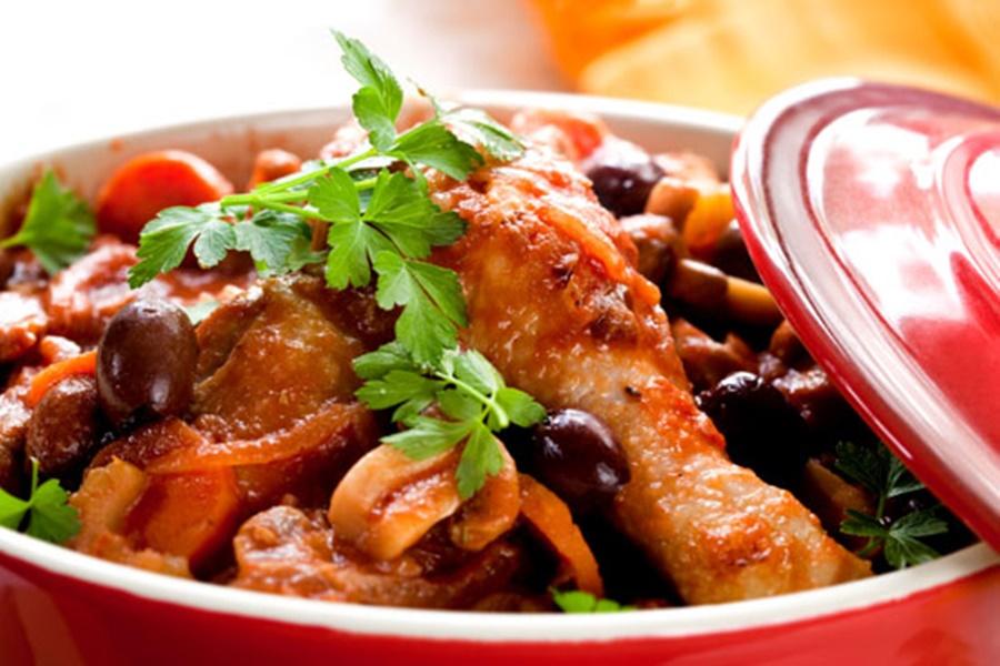 Рецепт вкусного блюда «Цыпленок под овощами»