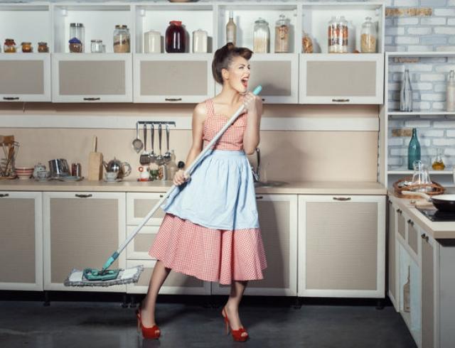 Теперь женщина работает наравне с мужчиной, но почему то домашние обязанности после трудового дня ка