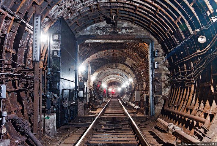 2. Любой гермозатвор (не только тоннельный) представляет собой металлическую (изредка— ж