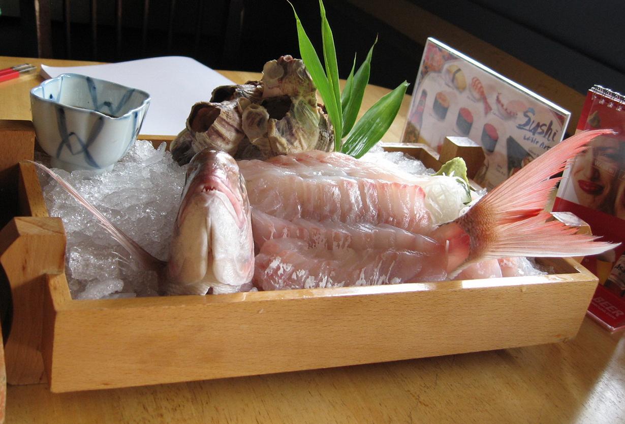 Икизукури. Блюдо относится к японской кухне и представляет собой рыбу с минимальной термообработ