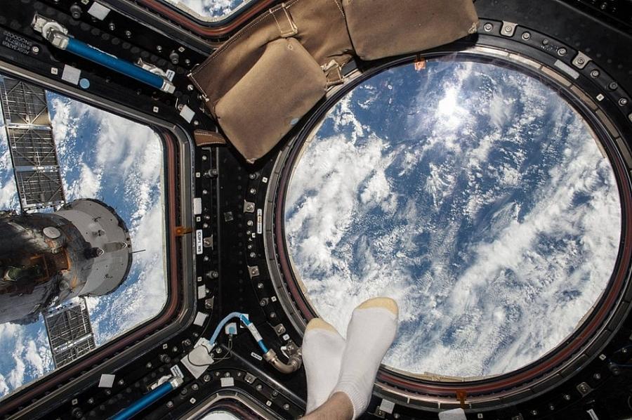 4. Астронавт МКС показывает, как нужно фотографировать ноги на пляже