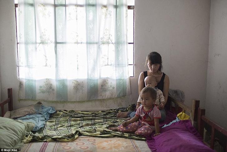16-летняя Сяо Мэй с двухлетней дочерью и годовалым сыном в деревне Ванхэ, округ Менгла, провинция Юн