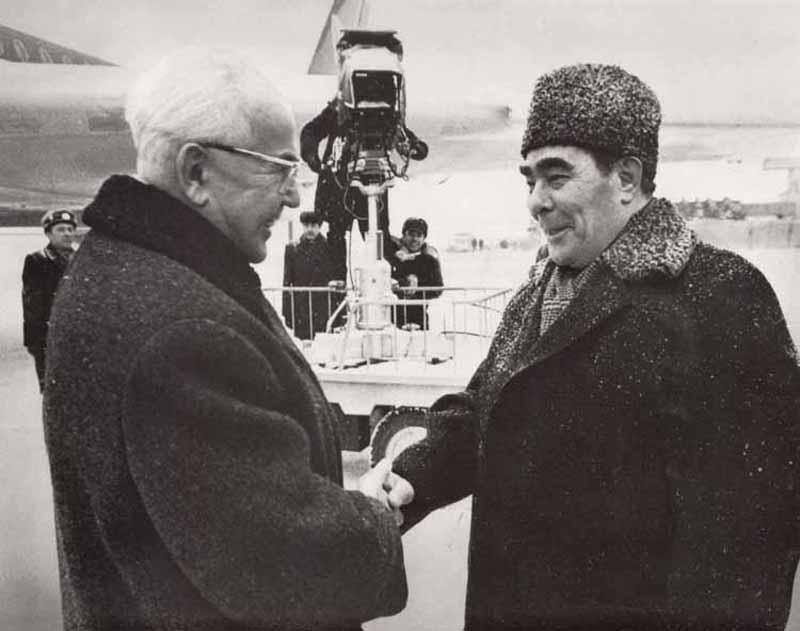 Однажды Брежневым была предпринята попытка поцеловать румынского лидера Николае Чаушеску. Однако рум