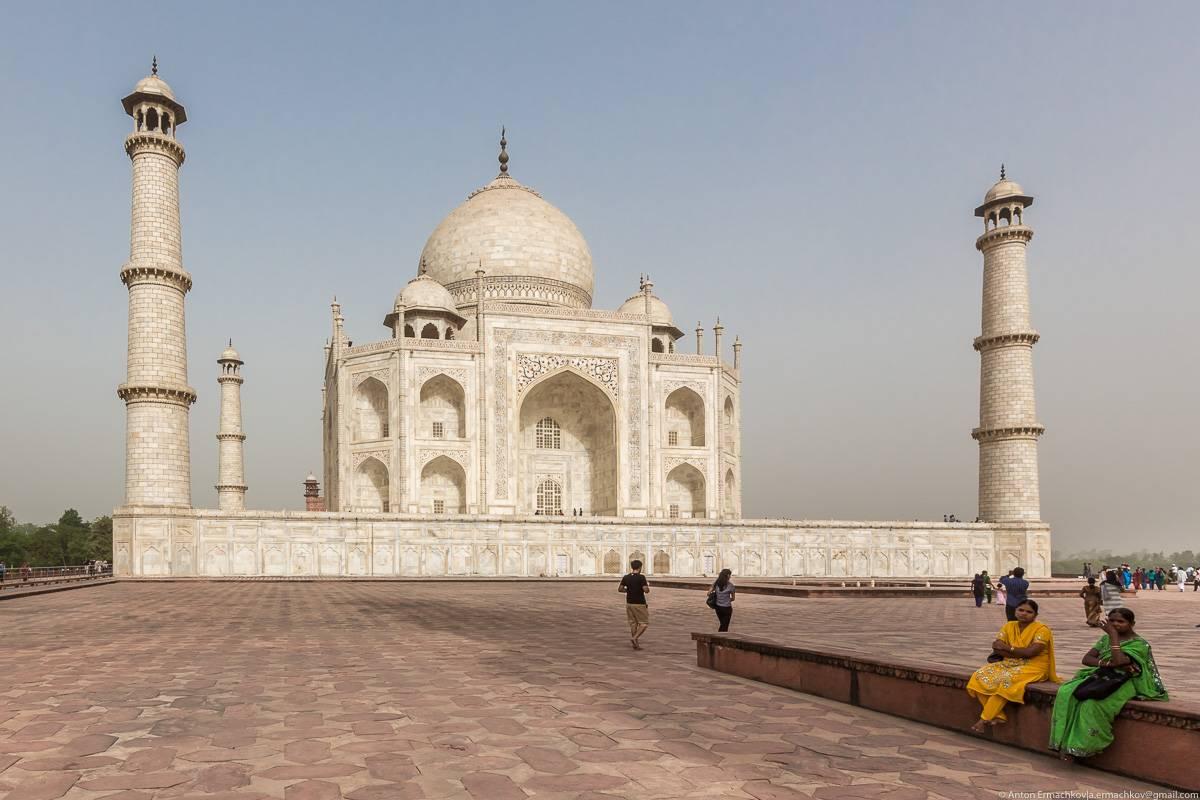 Влюбленная пара любуется одним из величайших памятников любви: